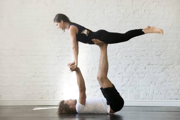 Couple de jeunes sportifs, pratiquer l'yoga - Photo
