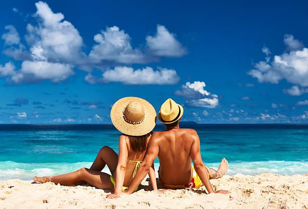 Paar am Strand auf den Seychellen – Foto