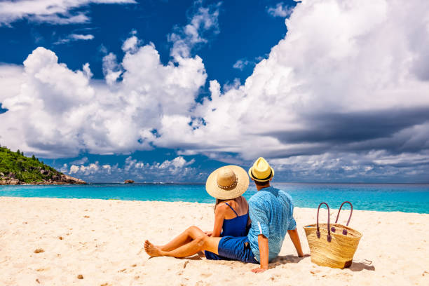 couple on a beach at seychelles - flitterwochen kleid stock-fotos und bilder