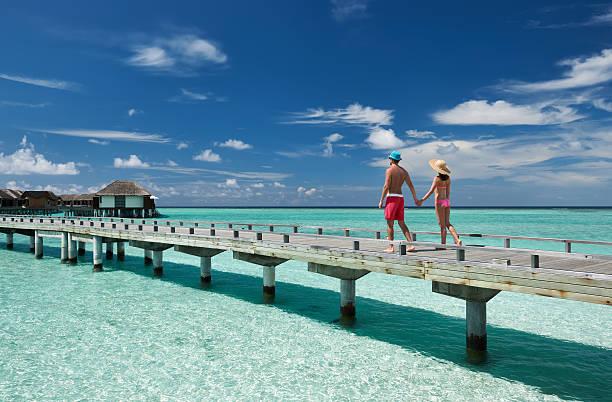 Paar auf einer Strand-Anlegestelle in Malediven – Foto