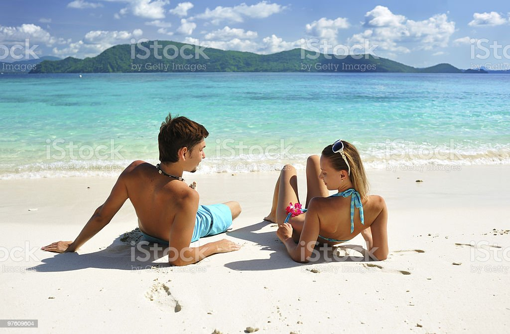 Couple on a beach royaltyfri bildbanksbilder