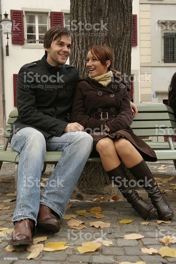 Couple on a bench royaltyfri bildbanksbilder