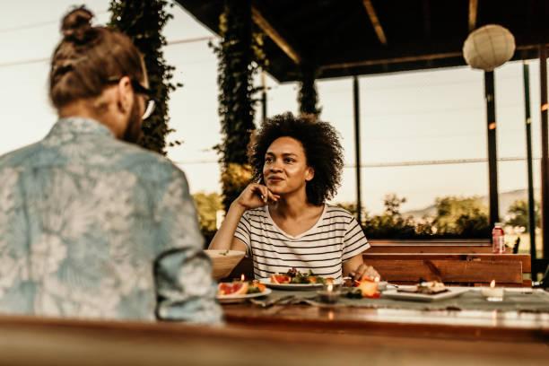 pareja en un luch - couple lunch outdoors fotografías e imágenes de stock