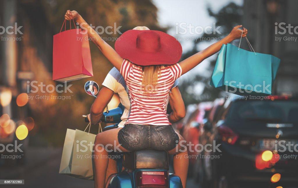 Pareja en una moto de compras. - foto de stock