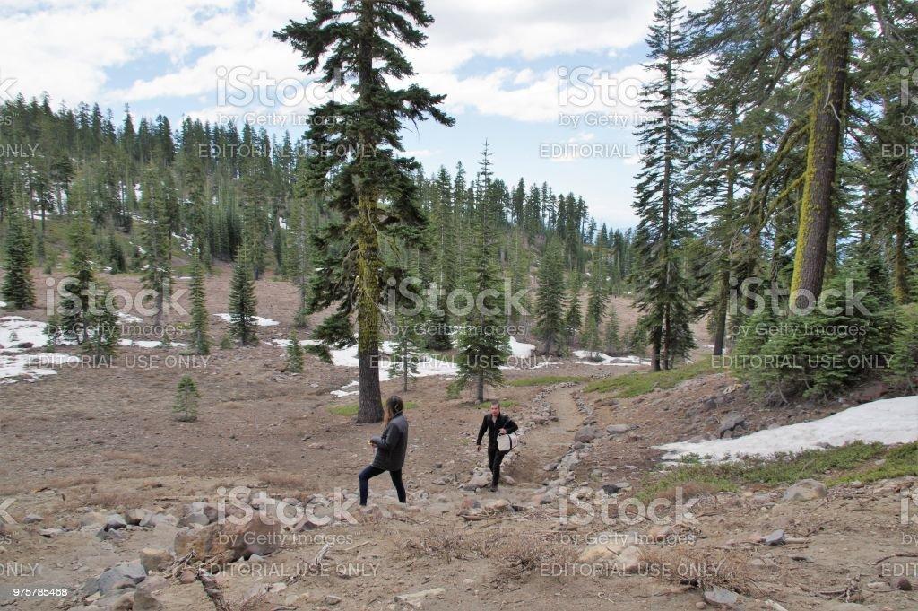 Paar auf einer Ski-Wanderung - Lizenzfrei Abenteuer Stock-Foto
