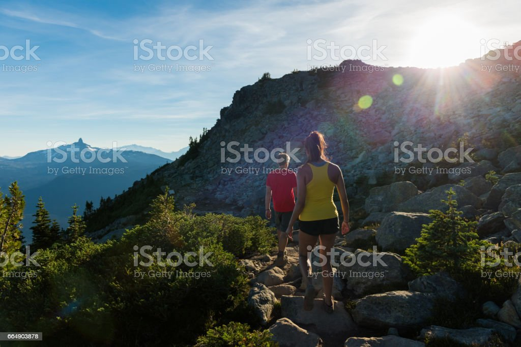 Couple on a stunning hike in the mountains foto stock royalty-free