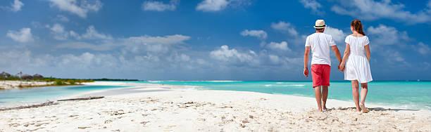 paar an einem tropischen - urlaub in kuba stock-fotos und bilder
