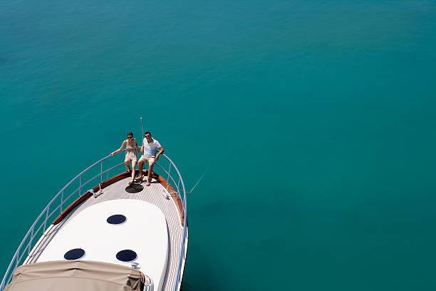 Couple sur un yacht en mer - Photo