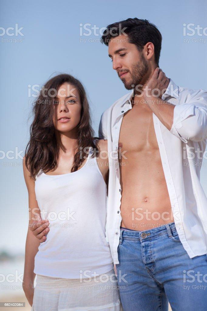 couple on beach,selective focus. photo libre de droits