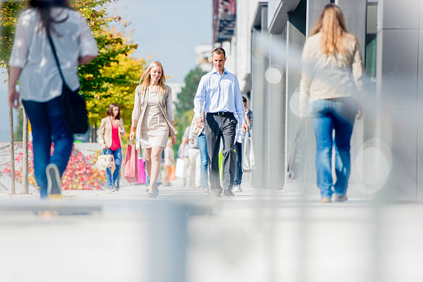 paar auf überfüllten stadt straße nach shopping - fußgängerzone stock-fotos und bilder