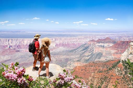 아름 다운 여름 산 풍경 보고 여행 하이킹에 커플 2명에 대한 스톡 사진 및 기타 이미지