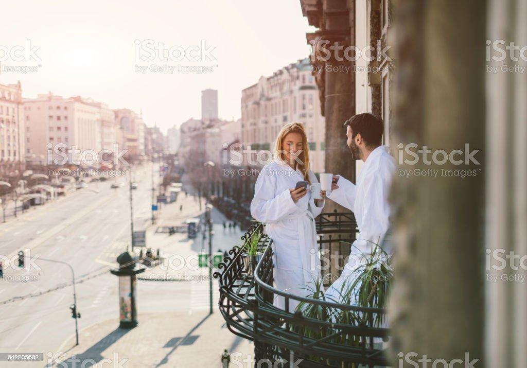 Couple on hotel balcony - foto stock