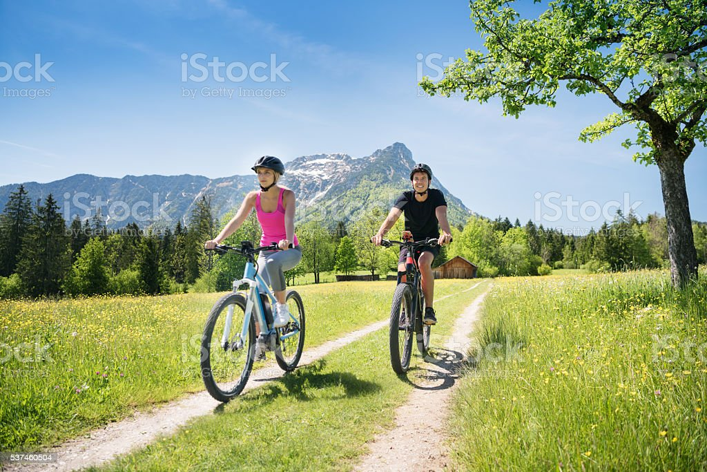 Pareja en Bicicletas de montaña, actividades al aire libre - foto de stock