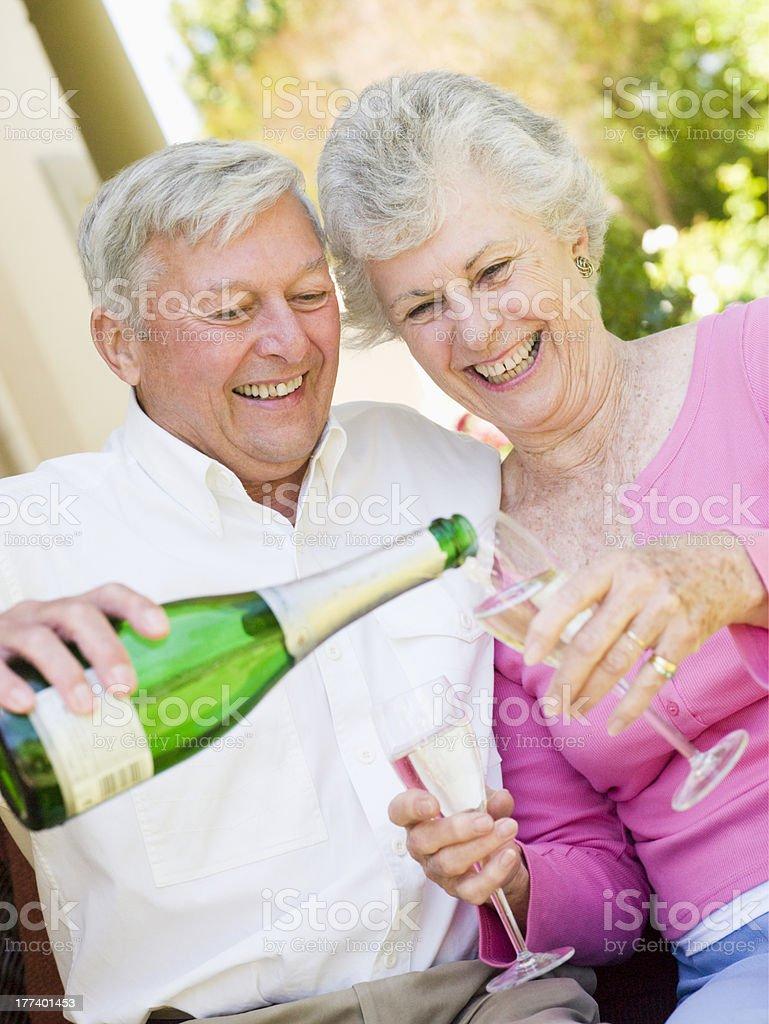 Casal bebendo champanhe no pátio - foto de acervo