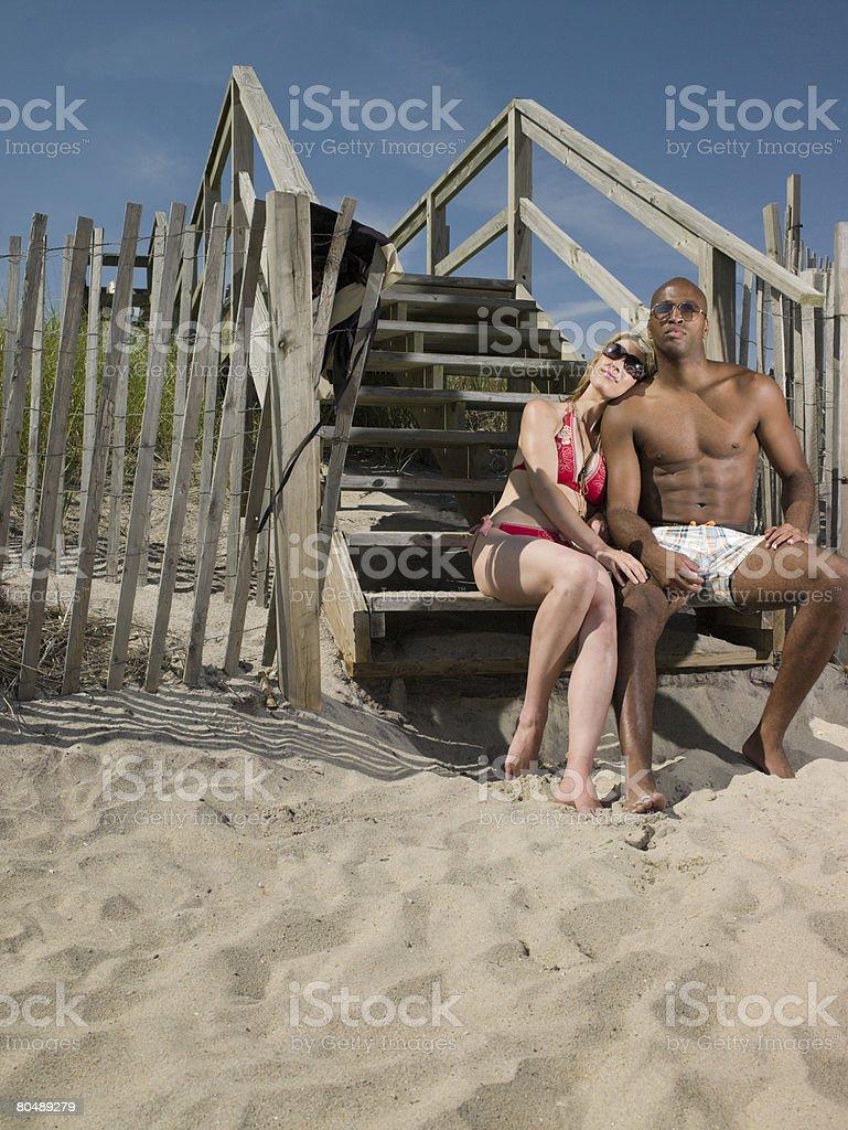 Casal em Passos na praia foto de stock royalty-free