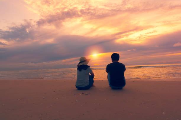 Paar am Strand bei Sonnenuntergang. – Foto