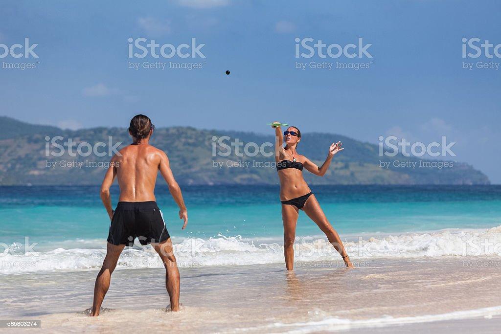Coppia sulla spiaggia  - foto stock
