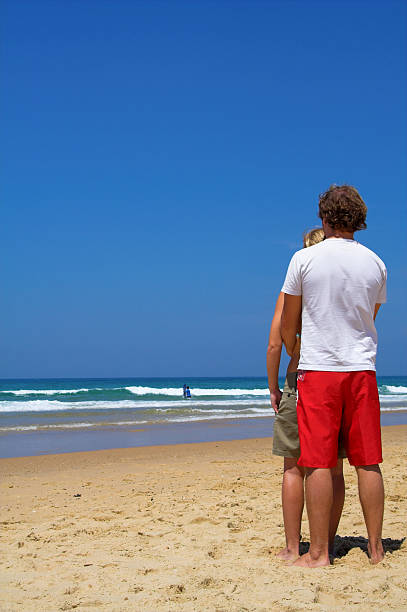 Pareja en la playa - foto de stock