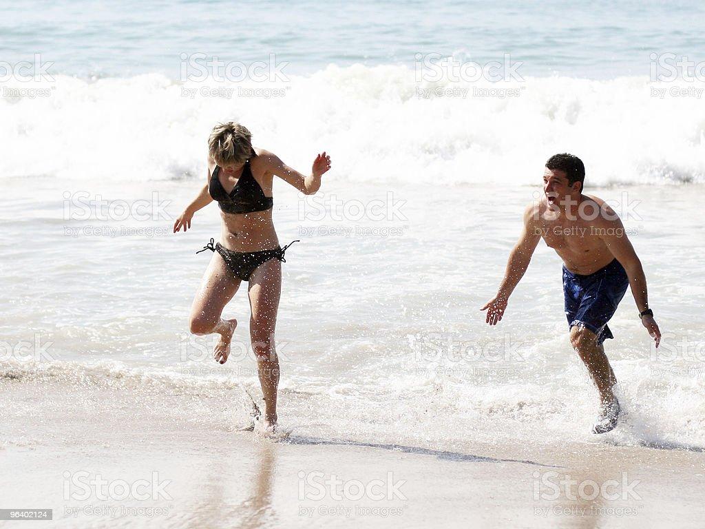 ビーチのカップル - いたずらのロイヤリティフリーストックフォト
