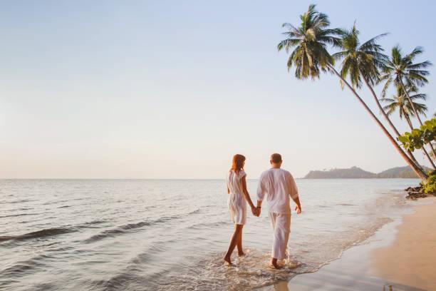 paar am strand, romantischen urlaub, flitterwochen - hochzeitsreise ohne mann stock-fotos und bilder