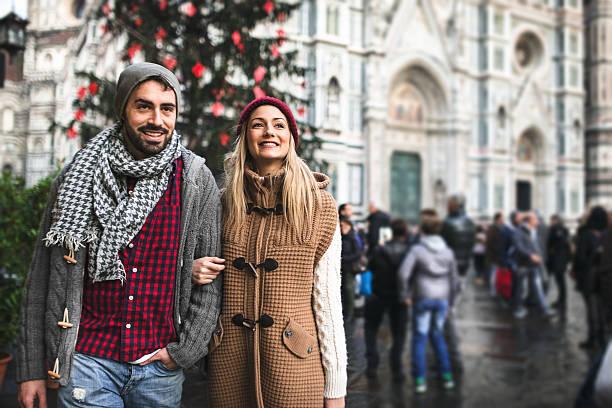 paar in der stadt florenz für weihnachten - italienischer weihnachten stock-fotos und bilder