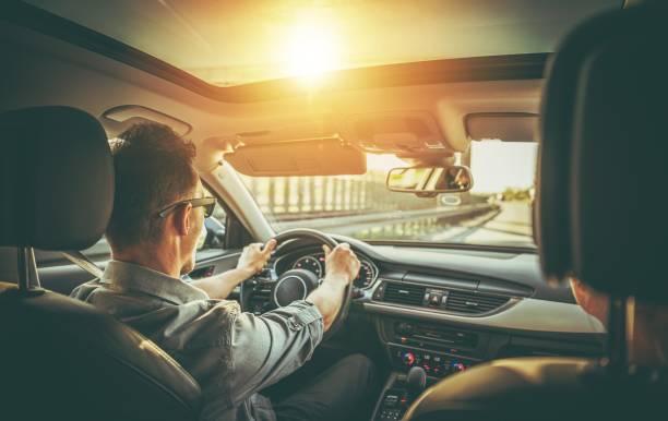 pareja en el viaje por carretera - conducir fotografías e imágenes de stock