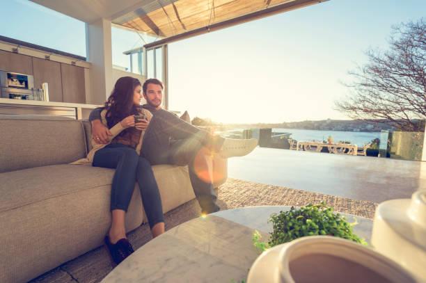 日の出ソファーをカップルします。 - 豊かなライフスタイル ストックフォトと画像