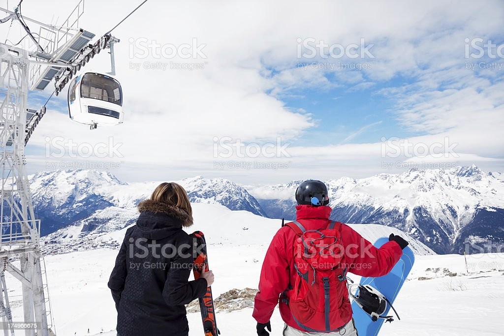 Couple on  the top of snowy mountain foto