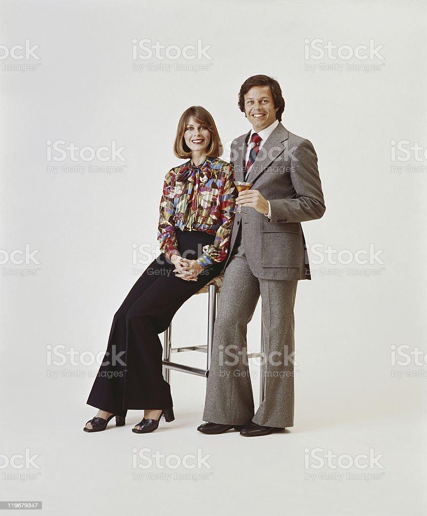 Paar auf weißem Hintergrund, Mann hält Getränke – Foto