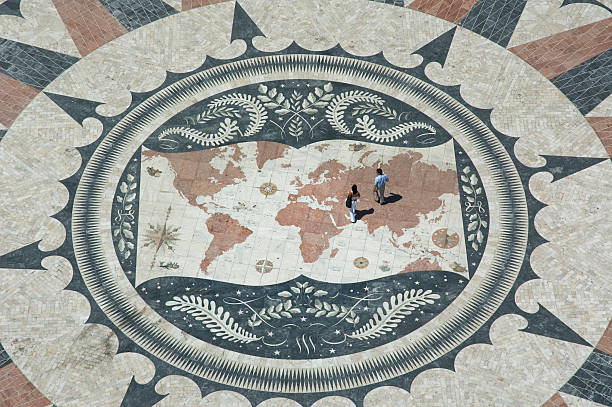 Casal com mapa-múndi, Belém de Lisboa, portugal - foto de acervo