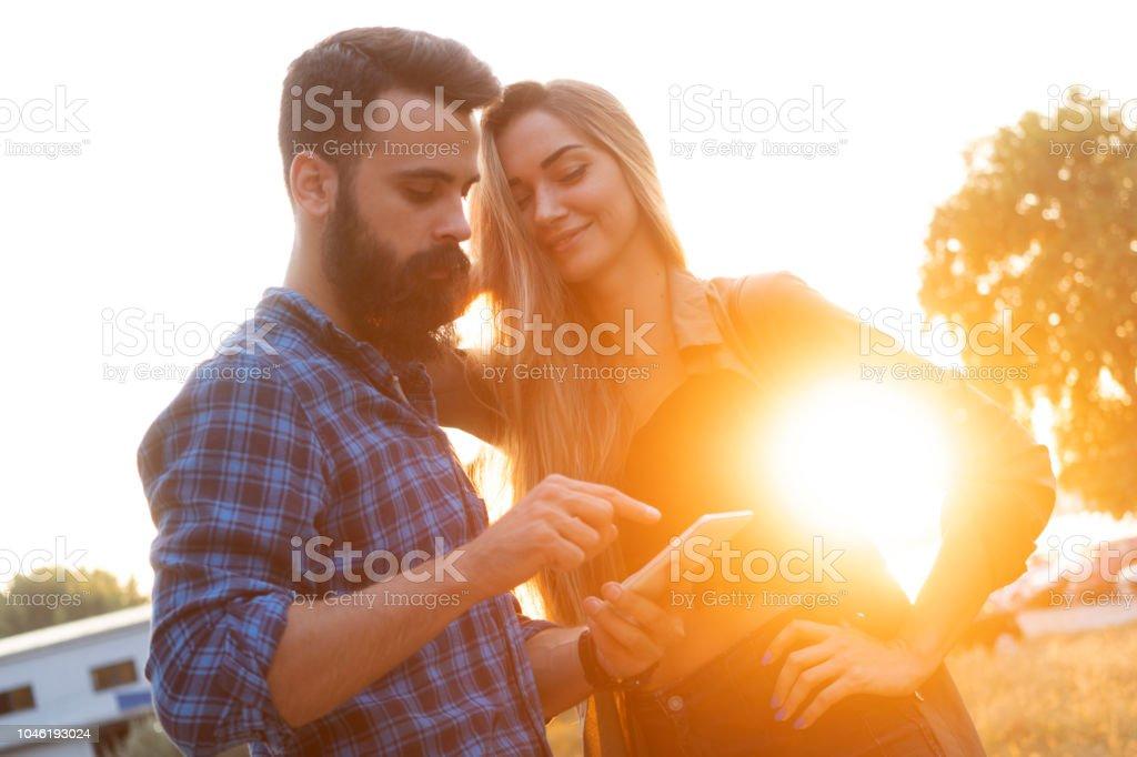 Paare oder Freunde mit einem Smartphone – Foto