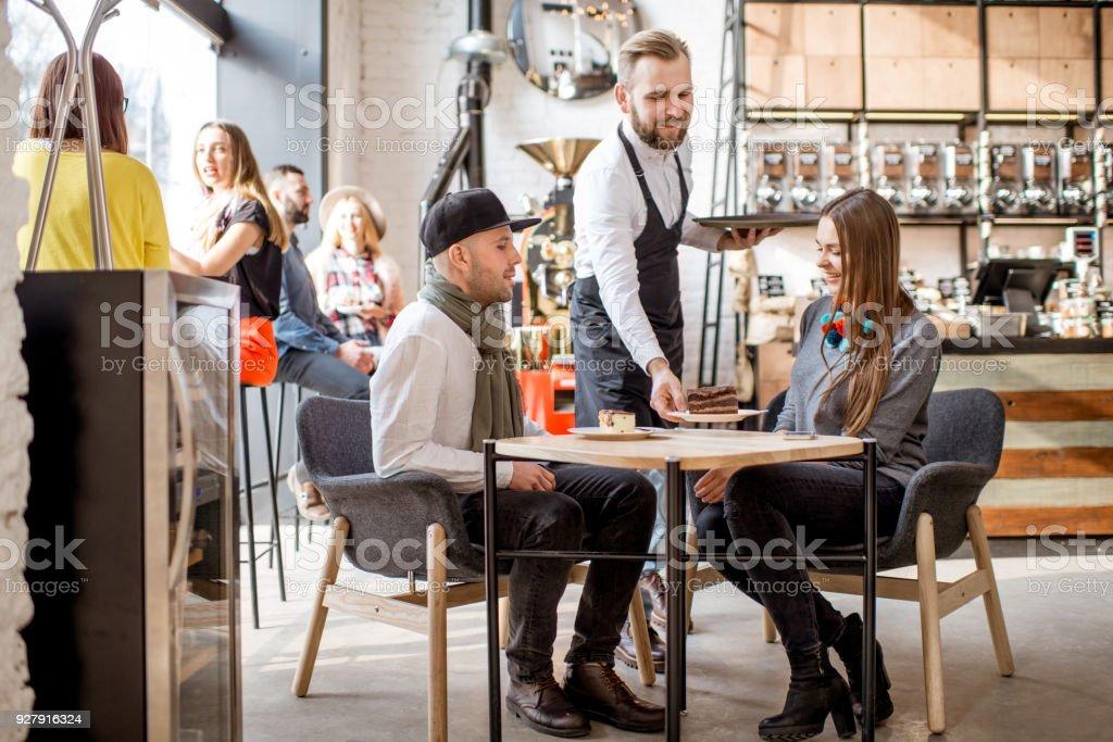 Paar im Café bestellen – Foto