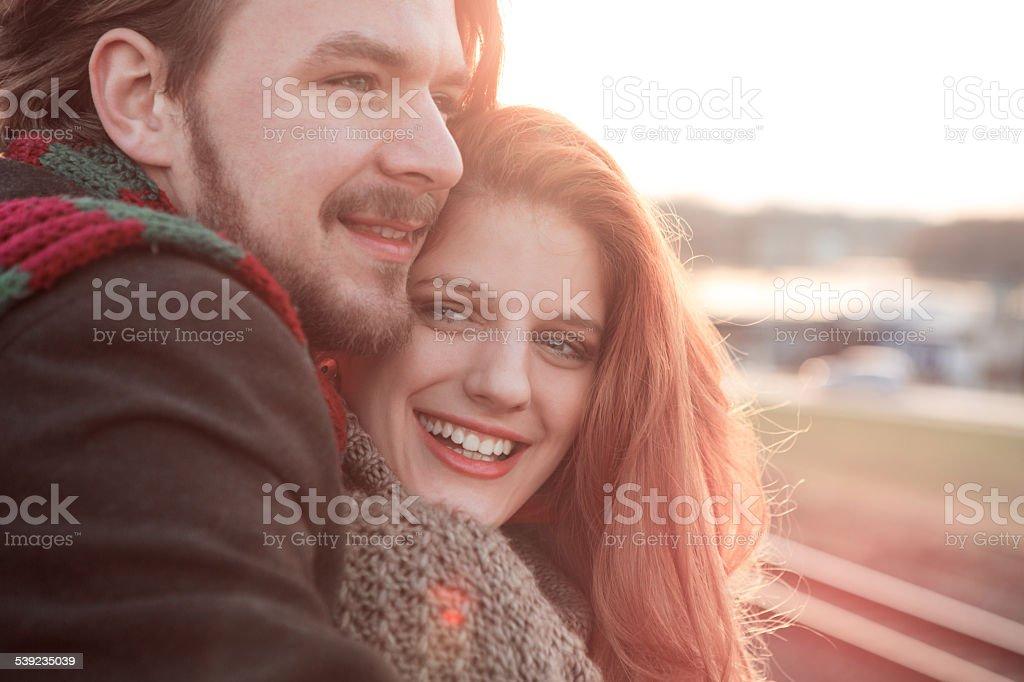 Casal ao ar livre ao pôr-do-sol. foto royalty-free
