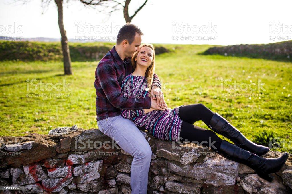 公園でカップル屋外ロマンス愛好家 - 2人のロイヤリティフリーストックフォト