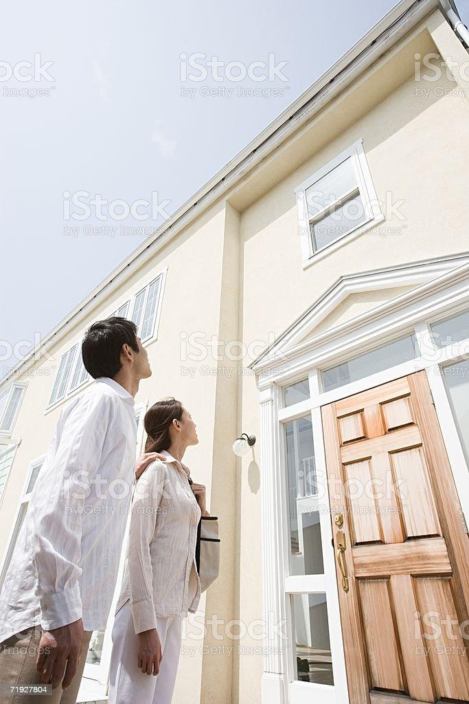 Casal fora de casa nova foto de stock royalty-free