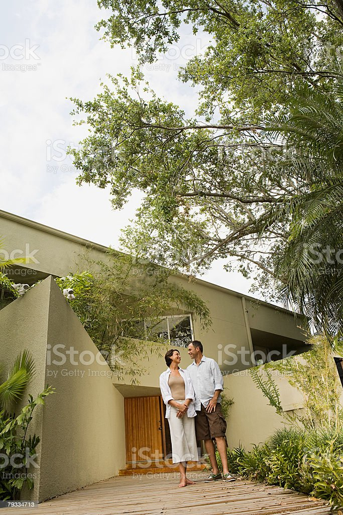 Paar außerhalb Ihres Hauses – Foto