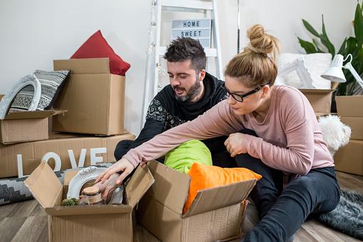 Par Packning Grejer Bland Massor Av Kartonger-foton och fler bilder på Avkoppling