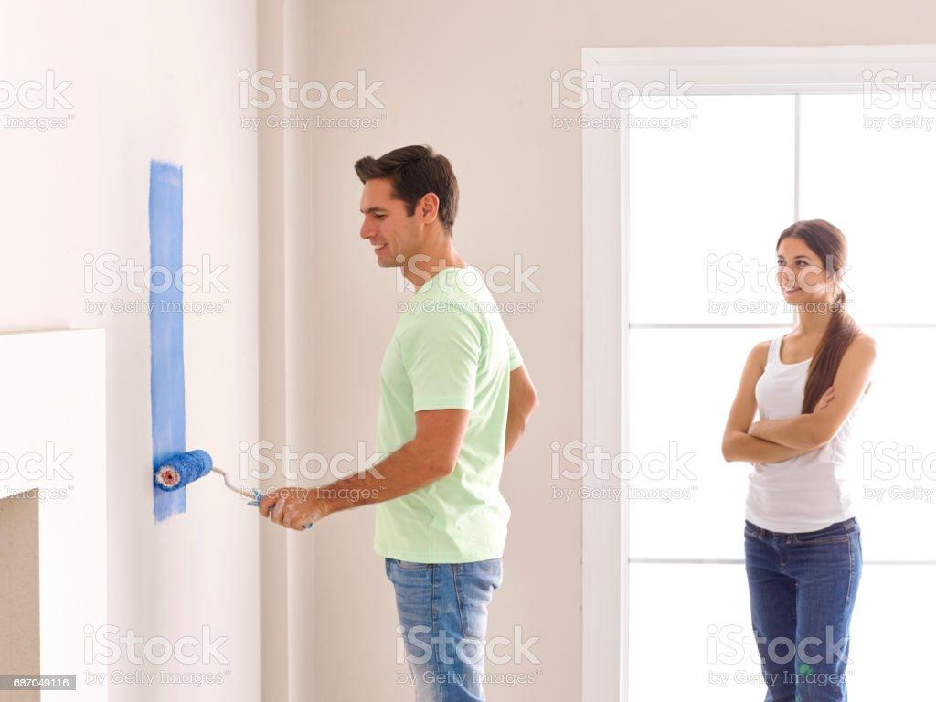 Couple painting wall Lizenzfreies stock-foto