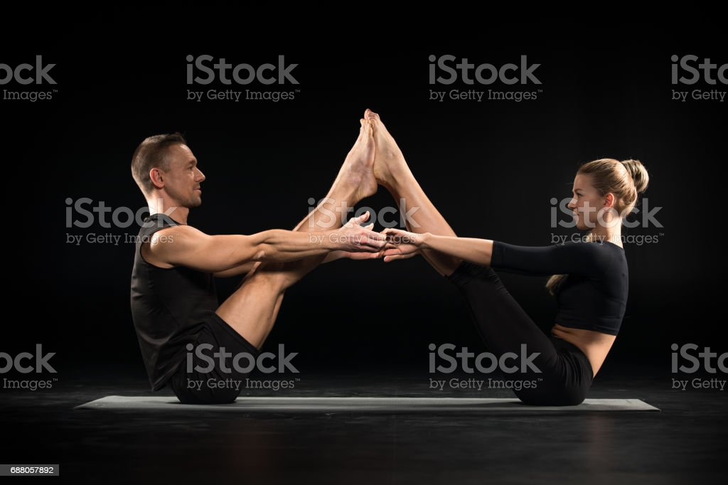 Couple effectuant acroyoga - Photo