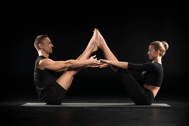 Couple effectuant acroyoga - Photo