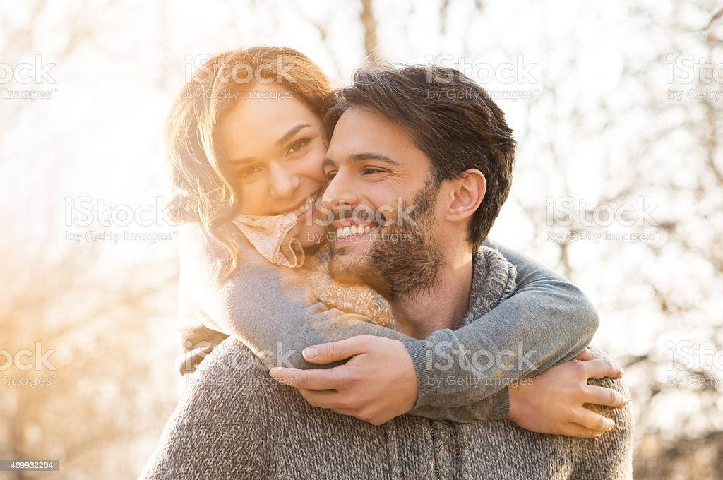 Casal às costas - foto de acervo