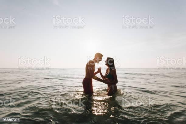 Пара Играющая В Воде — стоковые фотографии и другие картинки Бикини