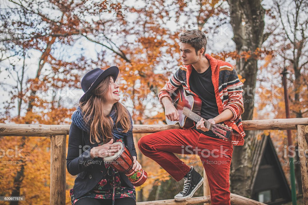 Couple playing music together foto royalty-free
