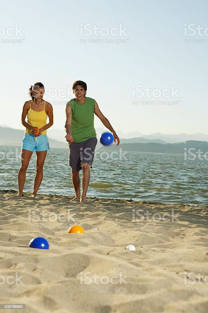 Couple playing on a beach – Foto
