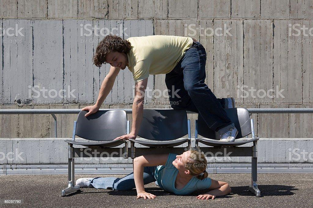 Couple jouant sur places photo libre de droits