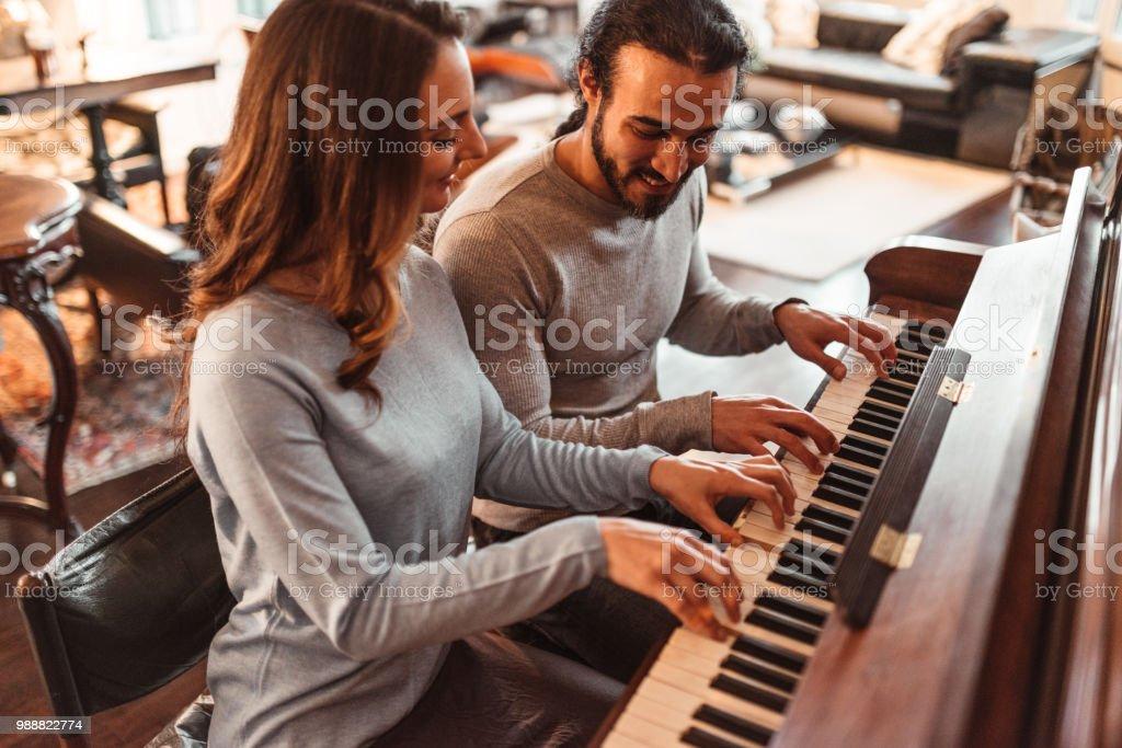 Paar in einem Lux Apartment Klavier spielen – Foto