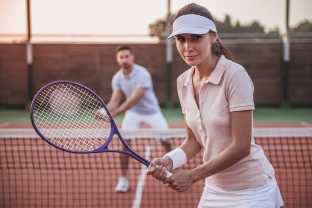 couple playing tennis - set tennis o pallavolo foto e immagini stock