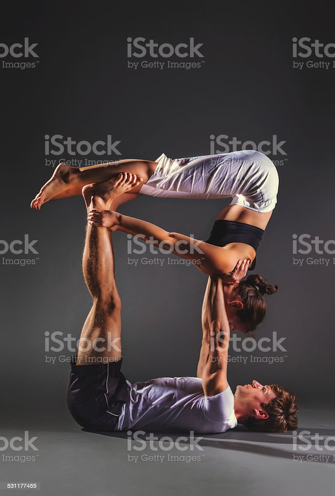 Pratiquant acro yoga en Couple - Photo