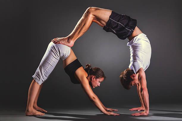 Pratiquant acro yoga en Couple - Photo