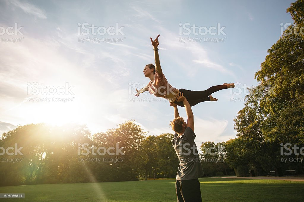Couple practicing acroyoga at park – Foto